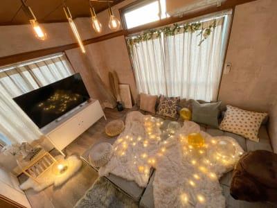 ソファを広げてゆっくりくつろぎながら、大切な人と映画鑑賞はいかがでしょうか?❤※Firestickあります🎵Blu-rayレコーダー貸し出しもあります◎ - Cocoro house_01  キッチン・シャワー付きスペースの室内の写真