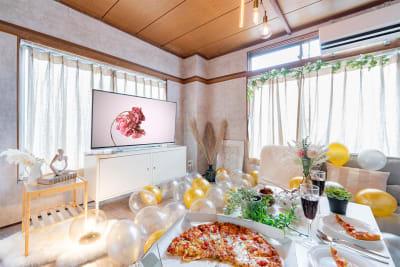 角部屋で光がばっりち差し込みます✨撮影スペースとしてもおすすめ🎵レフ板、LEDライトの無料貸し出ししております💛ご自由にご利用くださいませ❤ - Cocoro house_01  キッチン・シャワー付きスペースの室内の写真