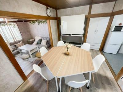 ワーク・自習スペースとしてもご利用いただけます✎ 大型ホワイトボードあり🎵文具類の無料貸し出しもしております★ - Cocoro house_01  キッチン・シャワー付きスペースの室内の写真