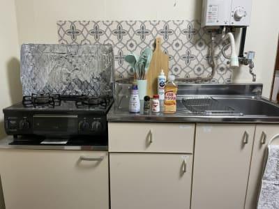 広々キッチン🍳 2口コンロです! キッチンオプションを申し込まれた方にはBruno(たこ焼き・ノーマルプレート)、フォンデュ鍋をご利用いただけます★ また、塩・胡椒・サラダ油・醤油の無料貸し出ししております🎵冷蔵庫に入れてありますのでぜひご利用ください(^^) - Cocoro house_01  キッチン・シャワー付きスペースの設備の写真