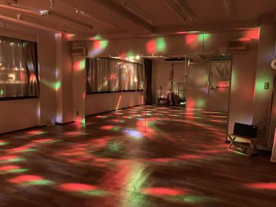 ディスコライト(ボールライト)使用時です。 - 大宮とらのスタジオ 大宮とらのスタジオ 与野店・3階の室内の写真