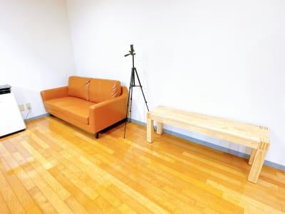 ソファー、ベンチと椅子で11人ほど座っていただくことができます。 - レンタルスタジオOLI  三鷹店 中規模タイプ スタジオオリ2号店の室内の写真