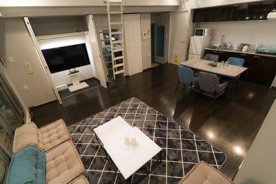 ローソファ5席、ダイニングチェア4席 - マイスペ+なんば テラス付きパーティースペースの室内の写真
