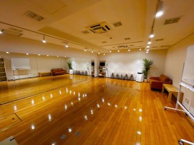スポットライトを調光することで雰囲気を変えることができます - レンタルスタジオOLI  三鷹店 中規模タイプ スタジオオリ2号店の室内の写真