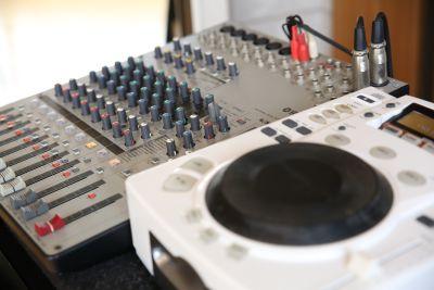 スマートフォンやipodからの音出しとCDの使用が可能 - レッスン&レンタルスタジオ StudioBoo-Thang スタジオの設備の写真