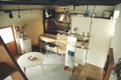 カウンターキッチンと着替えにも使える小部屋 - モリヤマフリーカフェスペース 多目的レンタルスペースの室内の写真