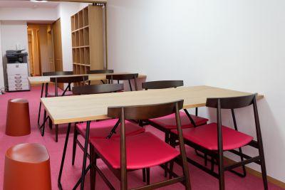 井戸端カフェ事務局 サロンスペースの室内の写真