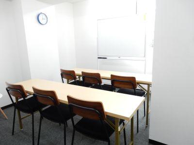 【スクエア会議室】 WIFI無料の貸し会議室の室内の写真
