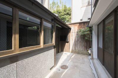 コワーキング∞ラボ 京創舎 (きょうそうしゃ) 南棟1階 フリースペースの入口の写真