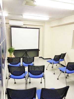 川口スペース セレンディピタス セミナールーム (12名)の室内の写真