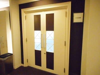 大阪会議室 NSEリアルエステート堺筋本町店 会議室の入口の写真