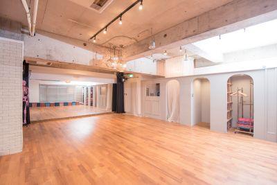 京橋ララサロン メインサロンの室内の写真