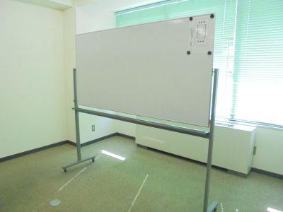 共栄実業(株) 三栄ビル 第2会議室(最大24名可)の設備の写真