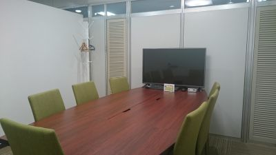 東梅田センターオフィス会議室 会議室A→完全な個室の室内の写真