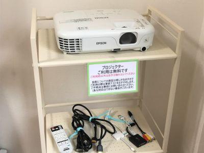 プロジェクターは無料で使えます。 - 貸会議室アクア大宮東口 12畳貸し切り 203号室の設備の写真