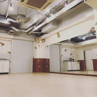 A.R.P studio ダンス ヨガ スタジオ 舞台稽古場の室内の写真