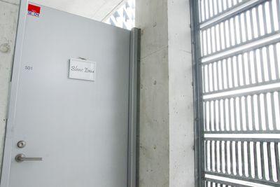 エレベーターを5回まで上がったら左側が入り口です。 - レンタルサロンわいわい レンタルサロンの入口の写真