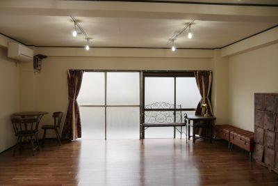 よろずや中野 多目的スペースの室内の写真