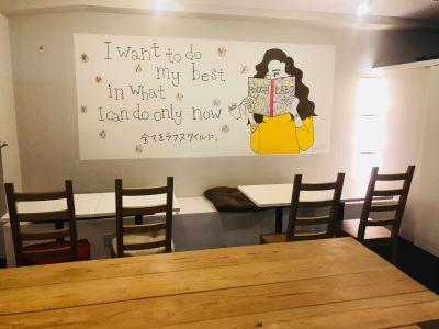 カフェスペース使用は土日祝予約時の特権です! - ROUGHLABO TECH扇町 イベントスペースの室内の写真