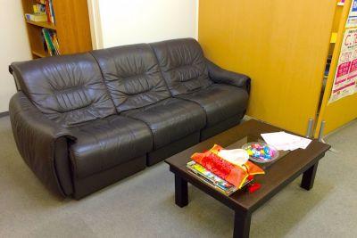 ブースの外には3人掛けのソファもあります。 - 三軒茶屋レンタルスペース「サンチャイナ」 ルーム2(第二班)の室内の写真