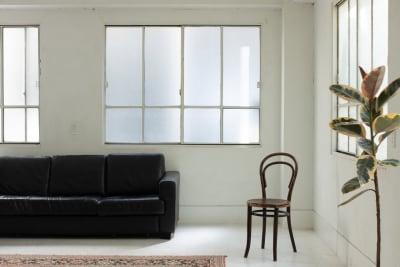 チカラスタジオ 広い真っ白な内装の自然光スタジオの室内の写真
