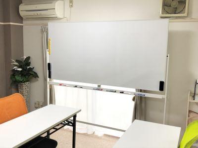 大型ホワイトボードは両面使えます。 - 貸会議室アクア大宮東口 12畳貸し切り 203号室の室内の写真