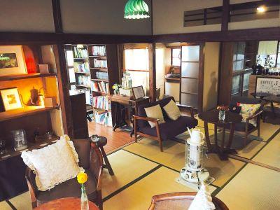 和室と板の間を合わせて、18畳くらいのスペースです。 - 江ノ島10分古民家喫茶ラムピリカ 喫茶ラムピリカの室内の写真