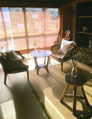 晴れた日の午前中は、東の窓からの光がとてもきれいです。 - 江ノ島10分古民家喫茶ラムピリカ 喫茶ラムピリカの室内の写真