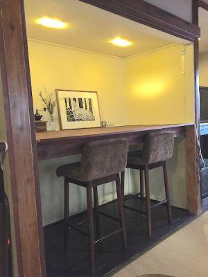 押入れを改装して、カウンターテーブルを設けています。 - 江ノ島10分古民家喫茶ラムピリカ 喫茶ラムピリカの室内の写真