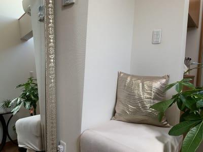 姿鏡や落ち着く椅子 - レンタルシェアサロンYUUBI クオリティの高いレンタルサロン の設備の写真