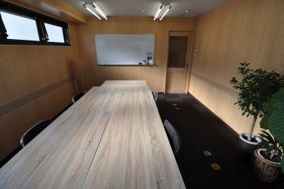 TOKYOSTAY 会議室A 駅前のシンプルな会議室の室内の写真