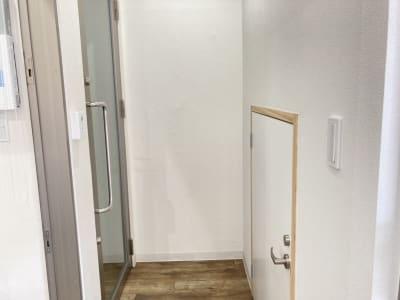 レンタルスペースの入口。 金券ショップで受付後、右に進んでいただき、画像左側のガラス扉から入室してください。 - 多目的レンタルスペース心音 会議室、展示会、セミナー、英会話の入口の写真