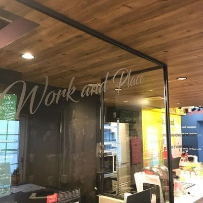 work and place  4人用会議室(NYルーム)の室内の写真