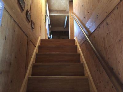 このスペースは住宅の一室で、木の階段を上がった2階の奥の部屋になります。 オーナーが階下におりますので、ご用の際には2階に備え付けのチャイムでお呼びください。 - Kinoshita 1996 多目的スペースの室内の写真