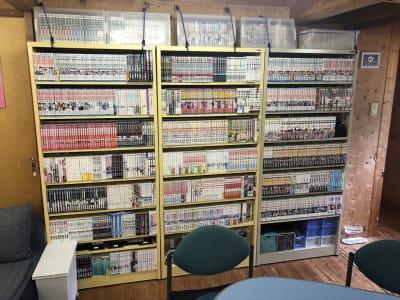 コレクションの漫画は読み放題です。 「スラムダンク」全巻や「ばかぼんど」最新まで名作も揃えています。 老若男女を問わず、読み始めてしまうと止まりません。 - Kinoshita 1996 多目的スペースの室内の写真