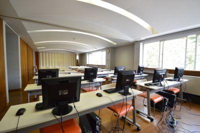 三浦研修施設『海の学校』 多目的スペース(20名収容)の室内の写真