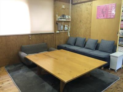 4人掛けのソファやカップルソファもありますので、ゆっくりくつろげます。 テーブル周りに腰掛けたり、フロアで寝転んだり、ご利用者の皆様が楽しんでいただける憩いのスペースとして、のんびりとどうぞお楽しみ下さい! - Kinoshita 1996 多目的スペースの室内の写真