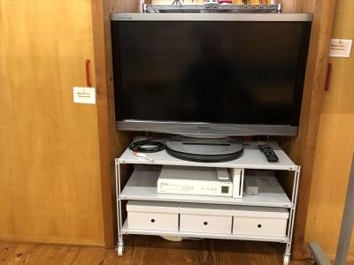 テレビは37インチです。 HDMIコードに加え、iPhone接続コードもあり、iPhoneを大画面で楽しめます。 CD・DVD用のビデオデッキはありますが、ブルーレイは見られません。m(_ _)m。CD・DVDは各自お持ち下さい。 - Kinoshita 1996 多目的スペースの室内の写真
