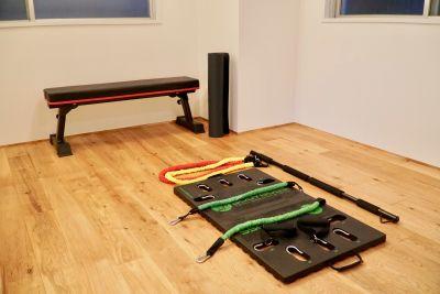 折り畳み式でチューブによって負荷がかかるトレーニング器具を設置しております。 - シェアスペース「Sharez」 綺麗な完全個室!多目的利用可能!の設備の写真