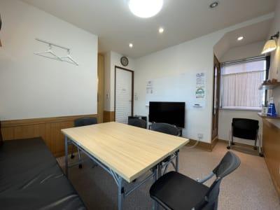 壁側のベンチと椅子が5脚、折り畳みイスが3脚あります。 折り畳み会議テーブル。150cm×50cm、2台あります。 - K'S SPACE 貸し会議室(ケーズスペース)の室内の写真