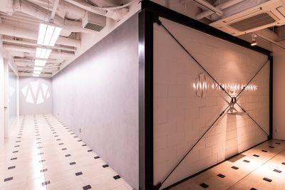 MONSTER スタジオ 乃木坂 大会議室の入口の写真