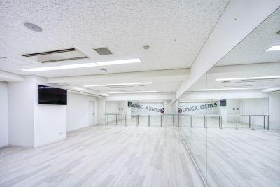 スタジオ内に55型の大型モニターが設置されています。 - LOICXダンススタジオ レンタルスタジオの室内の写真