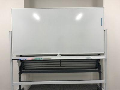 fabbit大阪本町 会議室の設備の写真