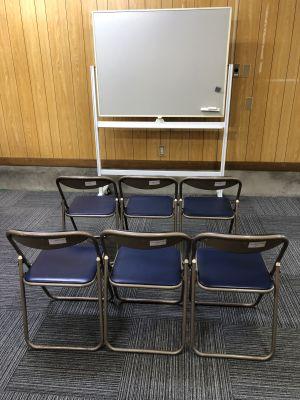 会議などする場合の備付け椅子・ホワイトボード - オアシス卓球ステーション オアシススペースの室内の写真