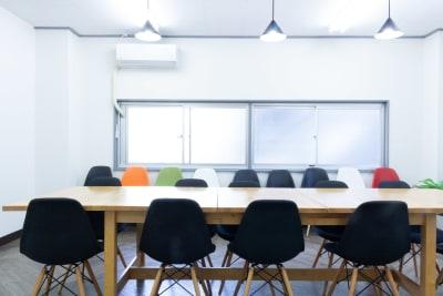 大きめのテーブルで、席間を空けて利用できます。 - MIXER 貸し会議室の室内の写真
