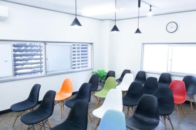 テーブルを使わない場合は20名着席が可能です。 - MIXER 貸し会議室の室内の写真