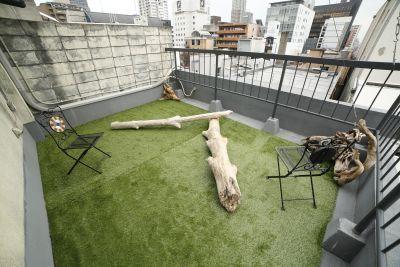 OSOTO A&B 屋上のテラス西側と東側の2エリアの室内の写真