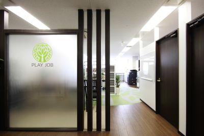 インスタント会議室 梅田「PLAY JOB」 半個室会議室A(6名用)の入口の写真