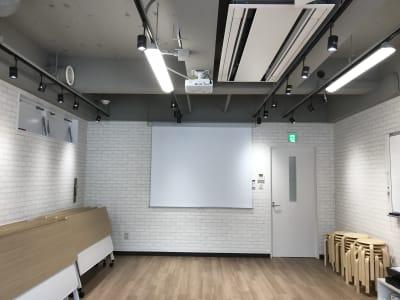 スクリーンがあるので、大人数の研修や会議でも問題ありません! - ルキナ仙川アネックス 貸しミーティングルームの設備の写真