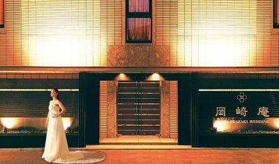 外観 - 岡崎庵 ~ホールや和室・キッチンなど完備の入口の写真